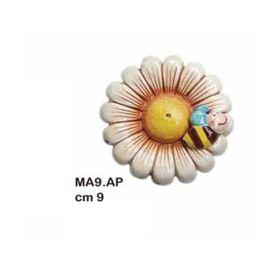 MA9AP_margherita_con_ape_ceramica_9cm_emmanueleregali_bombonieraperfetta